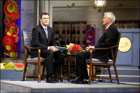 PÅ TV: CNNs ankermann Jonathan Mann og Nobelkomiteens leder Thorbjørn Jagland i samtale fredag. Foto: Scanpix