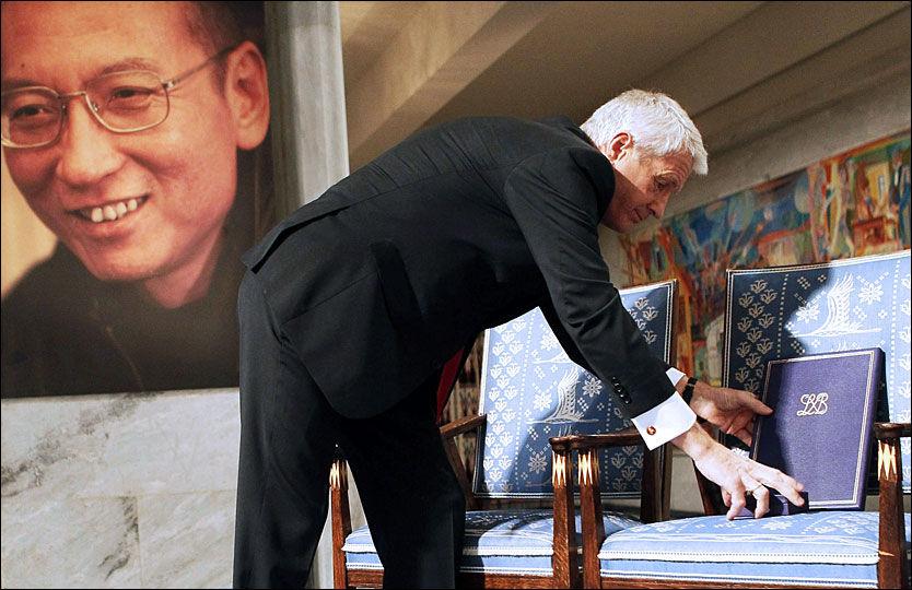 STERKT SYMBOL: Stolen der Liu Xiaobo skulle ha sittet ved siden av Thorbjørn Jagland under Nobelseremonien i Oslo, står tom. Nå postes bilder av tomme stoler på nettet for å vise støtte til den kinesiske dissidenten. Foto: SCANPIX