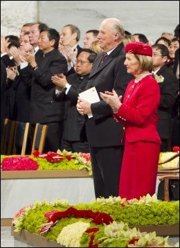 STÅENDE OVASJONER: Kong Harald og dronning Sonja og resten av publikum i stående applaus under fredsprisseremonien i Oslo Rådhus fredag. Nobels Fredspris 2010 tildeles den kinesiske dissidenten Liu Xiaobo. Han var representert med en ledig stol på podiet under seremonien, ettersom han sitter fengslet i Kina. Foto: SCANPIX