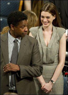 NOBEL-VERTER: Denzel Washington og Anne Hathaway deltok på den spesielle fredspristildelingen. Foto: AFP