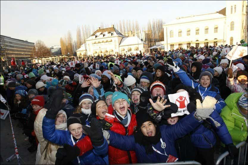HILSEN FRA TUSENER: Rundt 3000 barn deltok på fredsprisarrangementet på Rådhusplassen i Oslo fredag formiddag, hvor blant annet A1 og Bjørn Johan Muri opptrådte. Foto: Scanpix