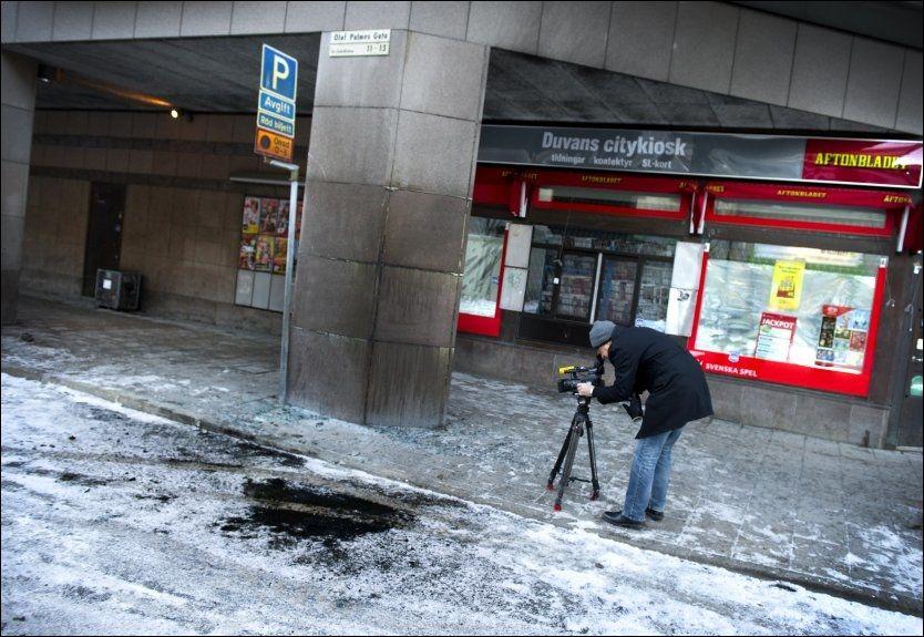 EKSPLODERTE: Olof Palmes gata i Stockholm søndag formiddag, det var her bombemannens bil eksploderte lørdag ettermiddag. Imamen i Stockholms største moské fordømmer terrorangrepet. Foto: Claudio Bresciani / SCANPIX