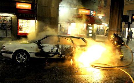 EKSPLOSJON: Denne bilen skal ha eksplodert bare 12 minutter før bombemannen sprengte seg selv i luften. Foto: Per-Olof Sännås/Aftonbladet