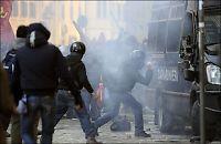 Tåregass mot demonstranter etter Berlusconi-ja