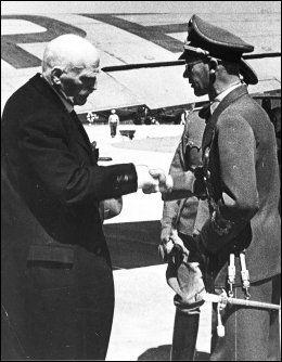 NAZISTMØTE: Knut Hamsun møter Josef Terboven. USAs eksambassadør skjønner lite av at Norge hedrer en nazist. Foto: NTB ARKIVTJENESTE