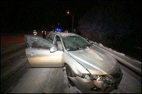 KRASJET: Svensken slo snøplogen av en traktor og kjørte inn i en annen bil i Røyken onsdag kveld. Ingen personer kom til skade i trafikkuhellet. Foto: Jonny Olsen