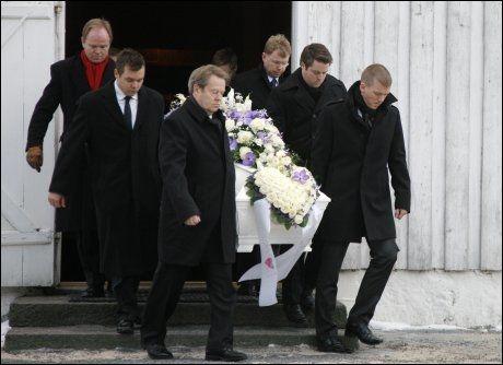 SISTE REIS: Bærer først til høyre er arving Knut Nikolai Tønnevold Ugland. Foto: Tor Erik Schrøder / Scanpix