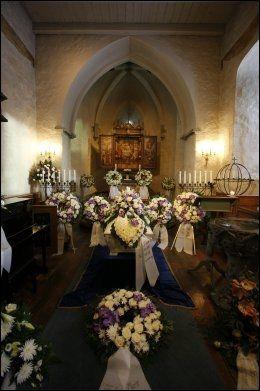 BLOMSTER: Hele alteret var fylt av blomsterkranser under Ellen Uglands begravelse. Foto: Tor Erik Schrøder / Scanpix