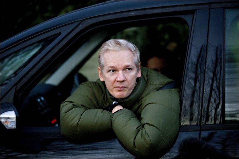 LØSLATT: Julian Assange møtte i dag opp for første gang for å skirive under på papirer på at han er tilstede i England, på Baccles politistasjon. Deretter kjørte han fra politistasjonen til Ellingham Hall hvor han bor, og tok seg tid til et intervju fra bilvinduet. Foto: FREDRIK SOLSTAD / VG
