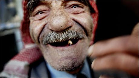FORANDRINGER: Seman Shamit (75) snakker arameisk med kundene i grønnsaksbutikken. Han sier livet i Maaloula har forandret seg mye i hans liv. Foto: Espen Rasmussen/VG