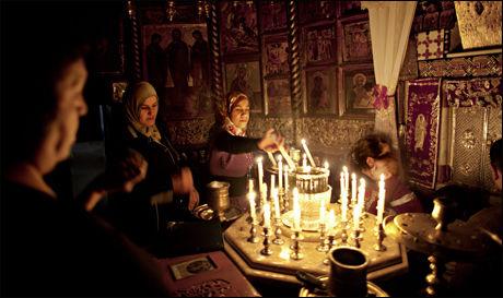 HELLIG STED: Grotten under kirken i Seydnaya kalles «shaghoura» på arameisk og mennesker valfarter hit for å tenne lys og be om helbredelse for sykdommer. Et av ikonene sies å være malt av apostelen Lukas og det hevdes å ha helbredende kraft. Foto: Espen Rasmussen/VG