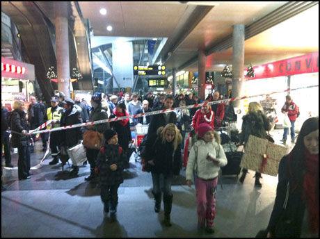 EVAKUERT: Reisende ble evakuert fra NSB-toget og plattformene på Gardermoen stasjon. Foto: Scanpix