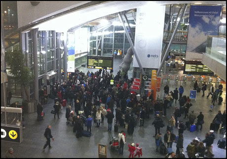 VENTER: Foreløpig holder folk på Gardermoen seg rolige til tross for den alvorlige trusselen mot et NSB-tog. Foto: Scanpix