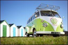 HAPPY CAMPERS: Sydvest i England, i Okehampton, kan man leie seg en VW Campervan og fyke av sted. Bilen er fullt utstyrt, med sengeplass til seks. Pris per natt er 1400 kroner. Foto: AIRBNB.