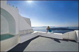 ELEGANT: Hva med en suite på den greske øya Santorini, med fantastisk utsikt. Her kan du leie deg inn for 3000 kroner natten. Foto: AIRBNB.
