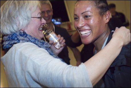 FAMILIE: Cecilia Brækhus gleder seg til å feire sammen med mamma Jorunn og resten av familien. Foto: Scanpix