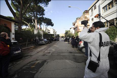 SKADET: En person ble skadet i en bombeeksplosjon på den chilenske ambassaden i Roma. Tidligere torsdag ble også en person skadet ved den sveitsiske ambasaden da en bombe smalt. Foto: AFP