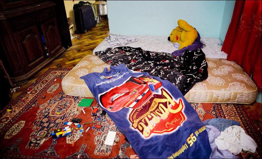 BARNESENG: Leiligheten til den siktede nordmannen bærer tydelig preg av at flere barn har sovet og lekt på soverommet hans. Foto: Scanpix
