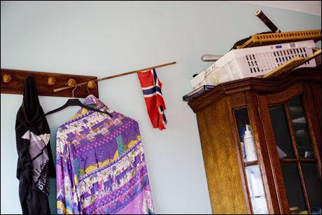 ET LITE STYKKE NORGE: På soveromsveggen henger et minne fra hjemlandet. Foto: Scanpix