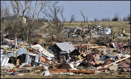 HJEMLØSE: Flere hus er knust sønder og sammen i den lille byen Cincinnati i Arkansas etter nyttårstornadoen. Foto:AP