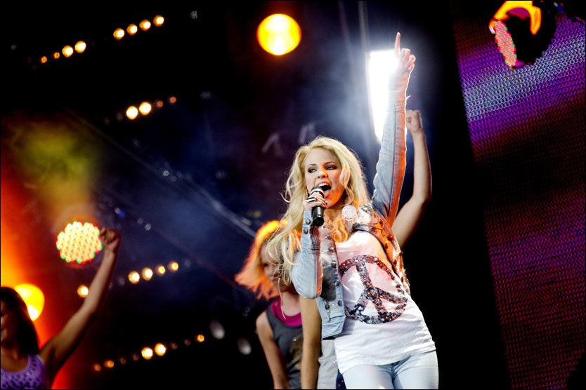 POPARTIST: Emilie «Voe» Nereng gjorde sin artistdebut foran 100.000 tilskuere på Rådhusplassen i fjor. Foto: Scanpix