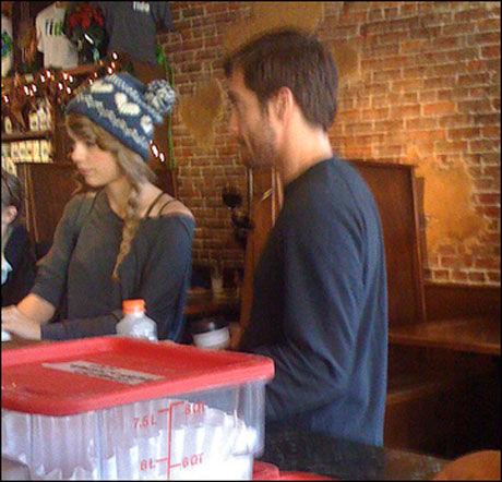FØR BRUDDETE: Taylor Swift og Jake Gyllenhaal på kaffebar i Nashville i begynnelsen av desember. Foto: Bulls Foto: BULLS