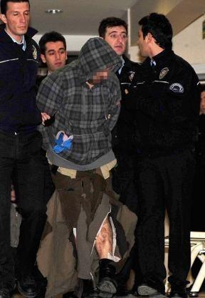 OVERMANNET: Her blir kapreren fraktet bort av tyrkisk politi. Foto: