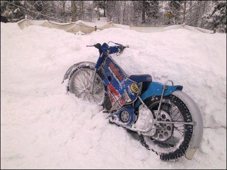 BRÅSTOPP: Det var denne motorsykkelen, en såkalt speedwaysykkel, Svein Østvik kjørte da han krasjet i et snødekt jerngjerde på Lunner Speedwaybane i går ettermiddag. Foto: Line Bauer Hansen