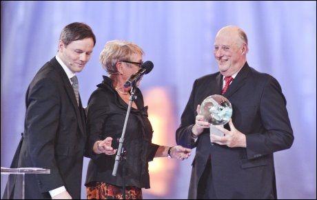 HELT KONGE: Kong Harald syntes det var stort å få Hedersprisen, delt ut av Toppidrettssjef Jarle Aambø og Idrettspresident Tove Paule. Foto: Scanpix