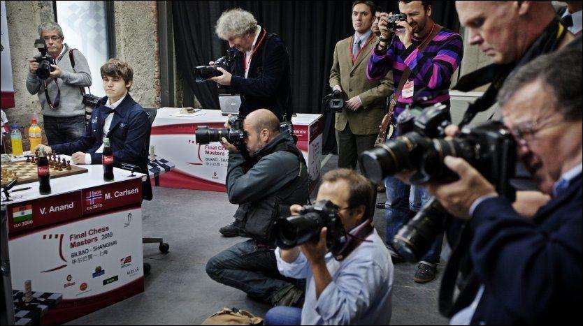SUKSESSRIK: Magnus Carlsen opplever stor interesse rundt seg. Her vil pressen ha sitt før kampen mot verdensmester Vishy Anand i Bilbao høsten 2010. Foto: Jørgen Braastad