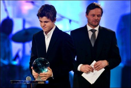 INNE I VARMEN: Magnus Carlsen fikk pris på Idrettsgallaen i januar 2009 av Jarle Aambø (bak). Foto: Scanpix