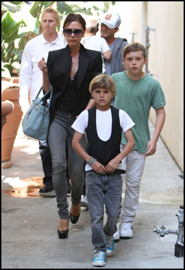 SUPERMAMMA: Victoria Beckham leder an etter å ha vært på en Jonas Brother-konsert i Los Angeles sammen med hele familien i mai i fjor. Foto: Wenn.com