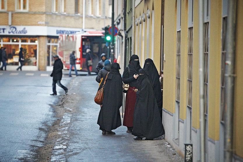 ISLAM-SPLID I SV: Leder av Nordstrand SV har meldt seg inn i gruppa Stopp islamiseringen av Norge (Sian), og mener niqab bør forbys. På bildet unge muslimske jenter som møttes i romjulen ved Islamic Cultural Centre i Oslo for å støtte hverandre i å begynne å bruke niqab. Foto: Espen S. Hoen