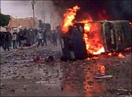 OPPTØYER: Dette bildet er fra byen Douz i Tunisia hvor vitner skal ha sett to personer som døde under protester onsdag. Foto: Amatørvideo/AP