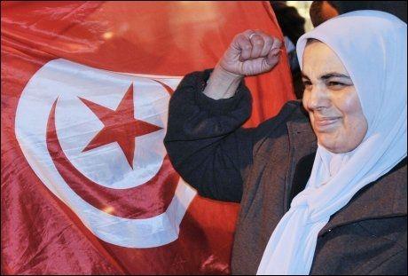 FEIRER: Over hele Tunisia brøt det ut spontane gledesscener da nyheten om at presidenten hadde forlatt landet kom fredag i kveld. Men fremtiden for landets innbyggere er usikker. Foto: AFP