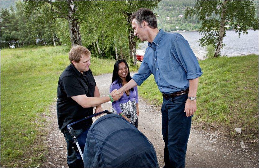 MØTTE JENS: Familien Navrud møtte Jens på Utøya samme dag som han erklærte at regjeringen hadde endret loven slik at Laila (28) fikk varig oppholdstillatelse i Norge. Foto: EIVIND GRIFFITH BRÆNDE