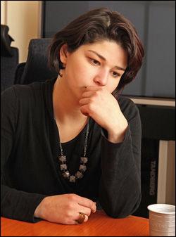 KAN BLI JOURNALIST: Maria Amelie skriver under arbeidskontrakt med Teknisk Ukeblad lørdag. Foto: Trond Solberg