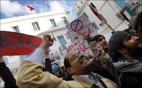 OPPTØYER: Voldsome demonstrasjoner førte fredag til at Tunisias president Zine El Abidine Ben Ali forlot landet. Foto: AP