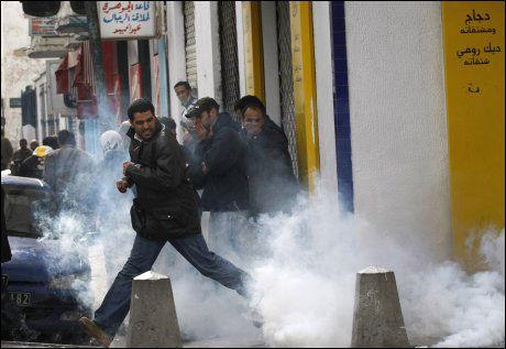 TÅREGASS: Politiet forsøkte å stanse demonstrantene ved bruk av tåregass. Foto: AP