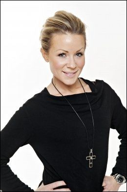VENNINNE: Lene Alexandra Øien kjenner Marika Saralotta Lejon og gir henne råd før opptredenen. Foto: VG