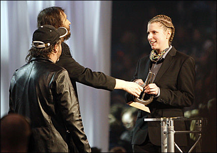 FORBANNET: Susanne Sundfør fikk prisen for «årets kvinnelige artist» av Henning Kvitnes og Thomas Feldberg under Spellemann 2008. Foto: Scanpix