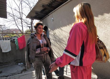AVVIST AV FAMILIENE: Tuberkulose- og hiv-pasienter i Kirgisistan kastes ofte ut av sine egne familier som er redde for smitte. De risikerer også avvisning eller diskriminering fra helsepersonell. Shahnaz Islamova (t.v.) driver et privat sosialsenter for pasientene hvor de kan bo midlertidig og få hjelp til å kreve behandling. Foto: Sian O'Hara