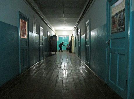 STINKENDE SYKEHUSKORRIDOR: Helsevesenet i Kirgisistan minner lite om norske forhold. Foto: Sian O'Hara