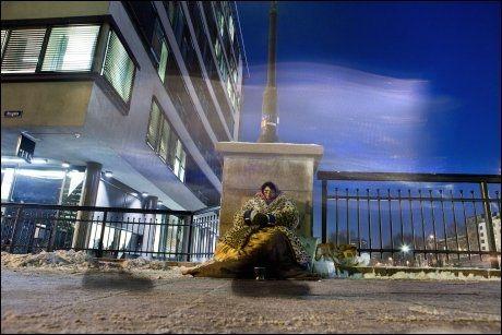 FORBIPASSERENDE: Følelsen i bena har kulden tatt, blikket er stivt. De fleste går forbi Iuliana på Vaterlandbrua i desemberkulda i Oslo. Foto: Annemor Larsen