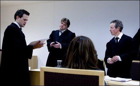 ADVOKATSAMTALER OM EN RING: Aktor Sturla Henriksbø, forsvarer Hans Olav Bytingsvik og forsvarer Øyvind Berre. Foto: Annemor Larsen