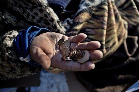DAGENS UTKOMME: For de fleste er det lite, men for Iuliana teller hver slant. Pengene sendte hun hjem til barna, som måtte klare seg alene da foreldrene var i Norge. Foto: Annemor Larsen