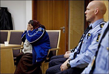 INN FRA KULDEN: Hun har ligget og sittet ute i ukevis i vinter-Norge. Inne i den varme rettssalen tiner hun langsomt opp og kroppen begynner å verke. Foto: Annemor Larsen