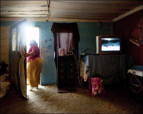 FRA NORGE: Fra Norgesturen har hun med seg klær hun har funnet i containere etter avsluttede loppemarked. En TV og høyttalere ble plukket fra Elkjøps returcontainere. Gjenstander nordmenn ikke vil ha, men som er det Iuliana har av jordisk gods. Foto: Annemor Larsen