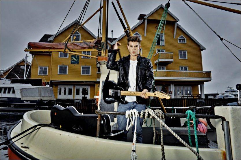 TAR GREP: Endre Nordvik elsker å fiske hjemme i Bergen. Men det er artist han vil bli. I kveld sloss han om finaleplass i den andre Melodi Grand Prix-delfinalen i Florø. Foto: Krister Sørbø