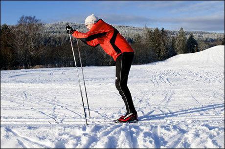 DOBBELTTAK: Ha lett knekk i knærne. Overkroppen fremover i vinkel som på bildet. Kommer kroppsvekten bakpå virker den unødvendig bremsende og du får dårlig utnyttelse av kraften. Du skal også ha en stabil hofte skjøvet godt fremover, rumpa inn, og en spent, stabil kjernemuskulatur. Når du begynner stavtaket, skal stavene være i høyde med skuldrene dine. Kroppsvekten skal ligge på tåballene. Ha en liten knekk i albuene i det du setter stavene i snøen med full kraft. Mobilisèr kraft fra hele overkroppen. Kjernemuskulatur skal være spent gjennom hele taket. Unngå hoppende bevegelser i armer og overkropp. Sterke armer er en fordel, men bruken av musklene i buk, bryst, skuldre og rygg er viktigst for best mulig arbeidsøkonomi. Foto: Line Møller